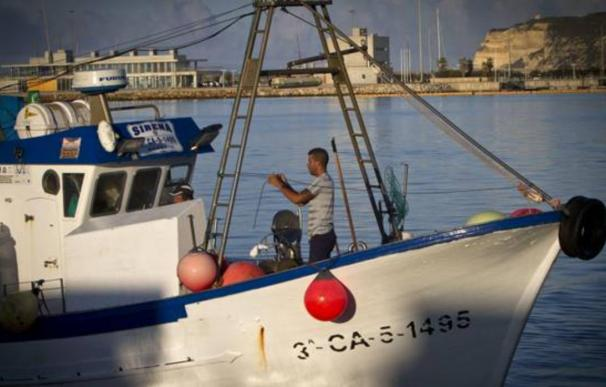 Un pesquero, a su salida del puerto de Barbate el día en que se estrenaba en 2014 el acuerdo con Marruecos - Efe