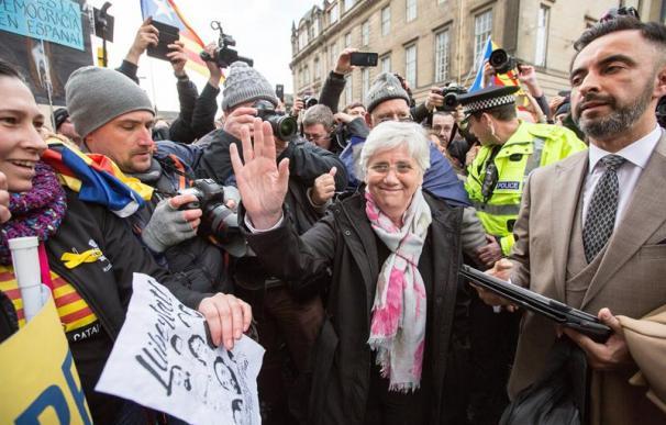 Fotografía Clara Ponsatí a la entrada al juzgado de Edimburgo