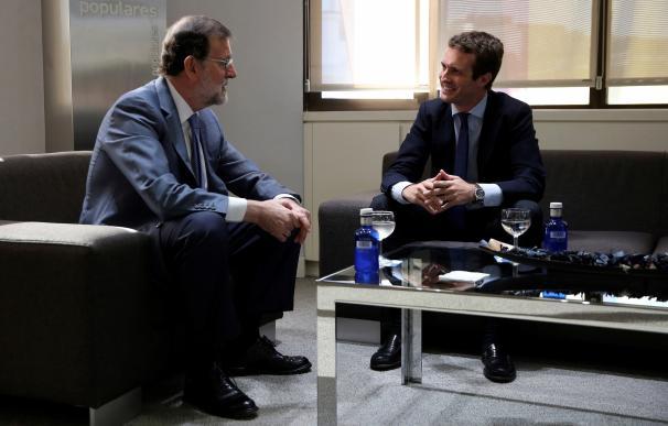 Rajoy y Casado durante la reunión mantenida en Génova.