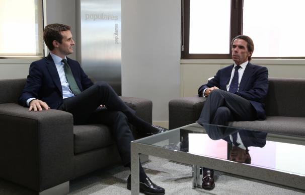 Casado y Aznar al comienzo del encuentro que están manteniendo.