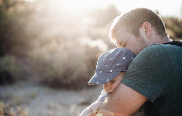 La baja de paternidad también ayudaría a acortar la brecha salarial / Pixabay
