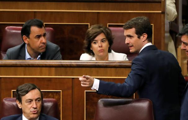 Santamaría y Casado hablan en el Congreso.