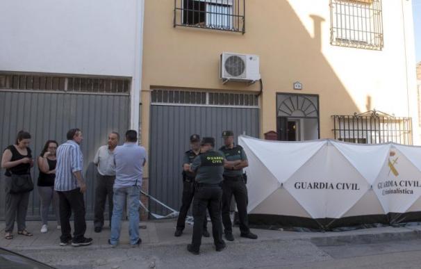 Agentes de la Guardia Civil, a las puertas del domicilio ubicado en Las Gabias (Granada) en el que se cometió el crimen (Miguel Ángel Molina /EFE)