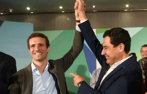 El presidente del Partido Popular, Pablo Casado (i), junto al presidente del PP de Andalucía, Juanma Moreno (d), durante la reunión que ha mantenido hoy con la junta directiva del PP andaluz. EFE /Rafa Alcaide