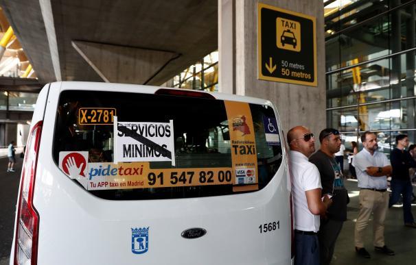 Un taxi realiza servicios mínimos gratuitos para personas con discapacidad y ancianos en el aeropuerto Adolfo Suárez-Madrid Barajas. (EFE/Mariscal)