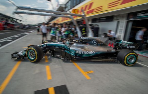 El británico Lewis Hamilton en una sesión de entrenamientos libres en el circuito de Hungaroing, en Hungría (EFE/ZOLTAN BALOGH)
