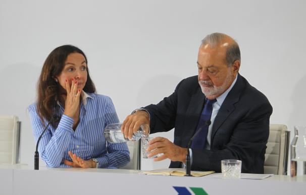Carlos Slim le sirve agua a Esther Koplowitz