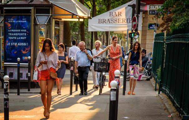 Fotografía de gente en las calles de París.