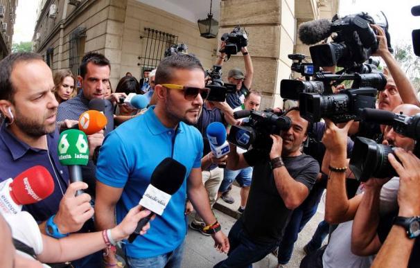 Fotografía de Ángel Boza, miembro de 'La Manada', a la salida de los juzgados.