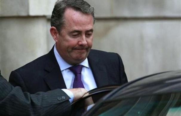 Dimite el ministro de Defensa británico Liam Fox