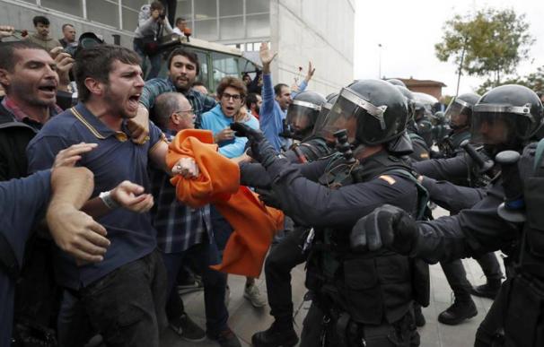 Fotografía de la Policía y votantes en el referéndum del 1-O.