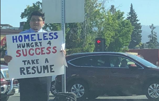 Fotografía de David Casarez entregando su CV en Silicon Valley.