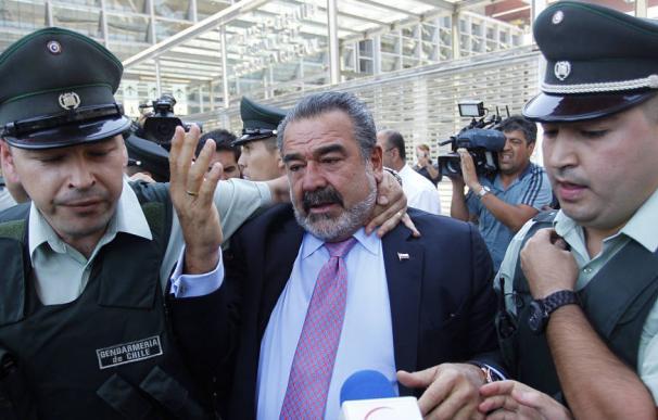 El empresario chileno Andrónico Luksic (c), a la salida de un juicio (EFE)