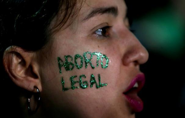 Manifestante a favor de la legalización del aborto, que pese a la presión ciudadana ha sido rechazada por el Senado