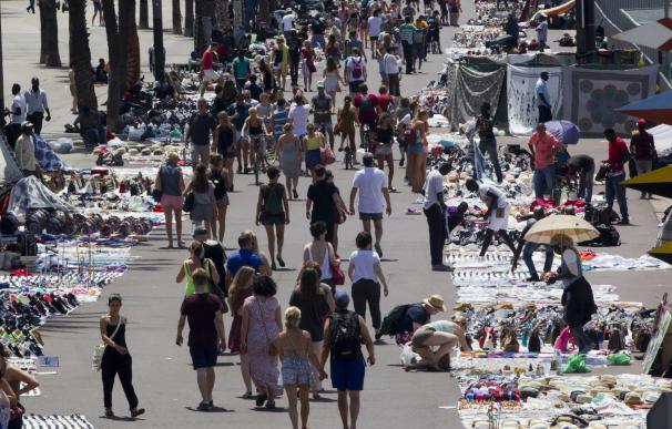 'Manteros' ocupan el paseo Joan de Borbó de Barcelona