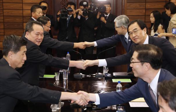 El ministro de Unificación surcoreano, Cho Myoung-gyon, saluda al el presidente del Comité de Reunificación Pacífica, Ri Son-gwon, tras su reunión en la aldea Panmunjom, en la militarizada frontera entre las dos Coreas.