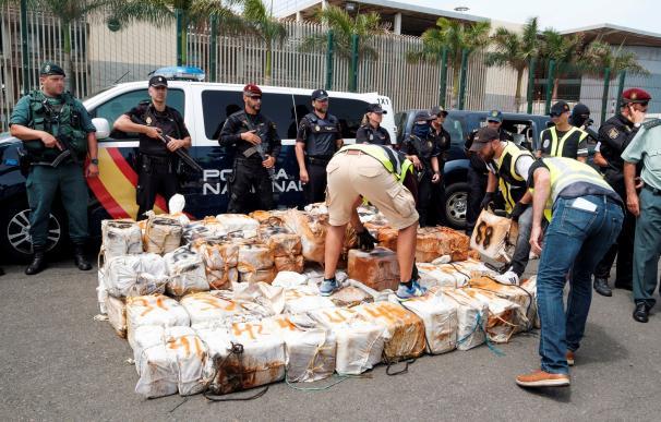 La Policía requisa la droga incauada.