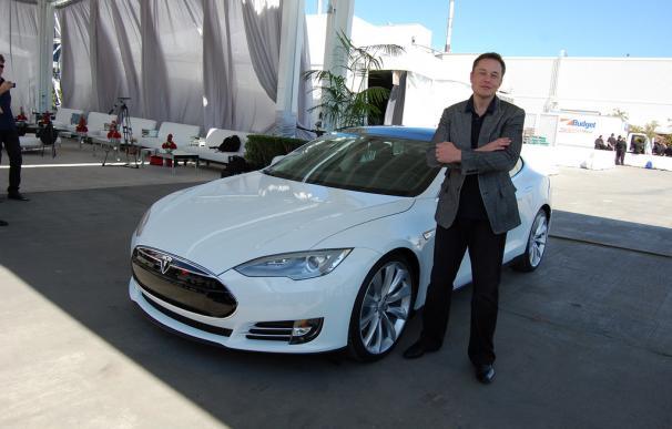 Fotografía de Elon Musk en la fábrica de Tesla.