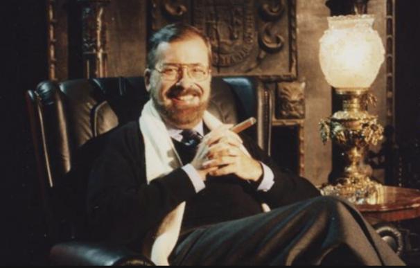 Chicho Ibáñez Serrador, el gran autor de la televisión en España, en su mítico sofá negro.