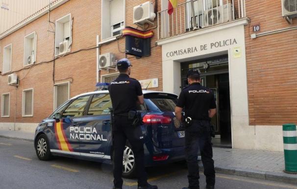 Agentes de policía frente a la Comisaría