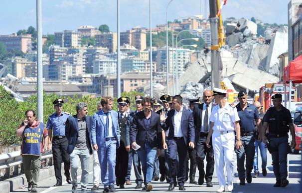 El viceprimer ministro italiano, Luigi Di Maio, visita el puente siniestrado en Génova