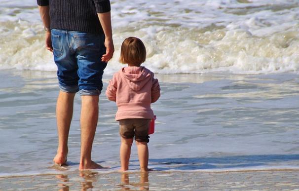 Fotografía de un padre con su hijo en vacaciones.