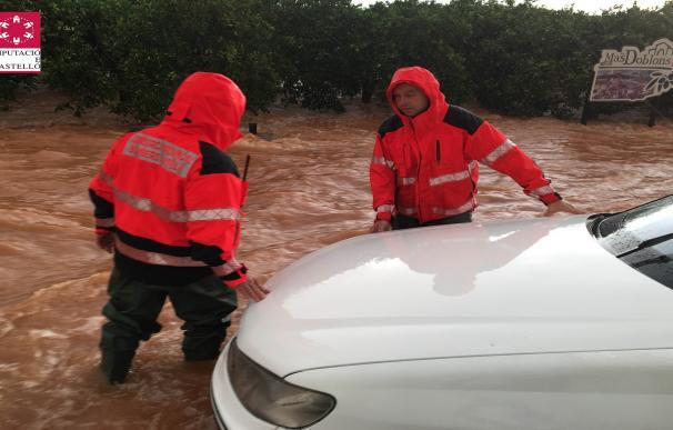 Una mujer rescatada y varios coches atrapados por las lluvias en Castellón