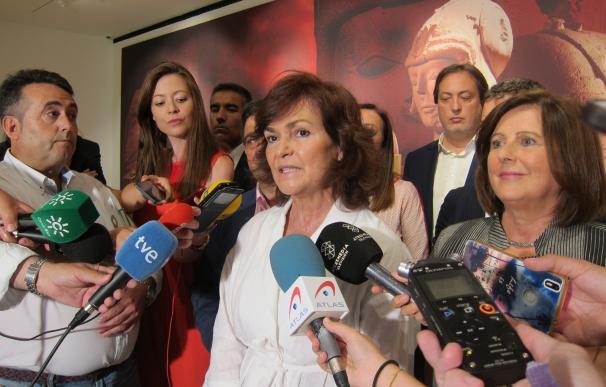 La vicepresidenta del Gobierno, Carmen Calvo, atiende a los periodistas en Jaén.