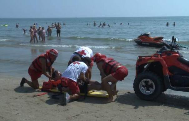 Fotografía de miembros de Cruz Roja atendiendo a un bañista.