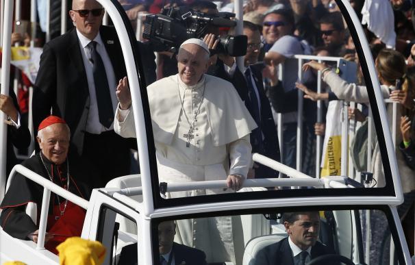 El papa Francisco a su llegada a una misa en Santiago (Chile)