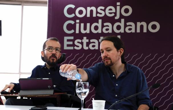 El líder de Podemos, Pablo Iglesias,d., y el secretario de Organización de Podemos, Pablo Echenique
