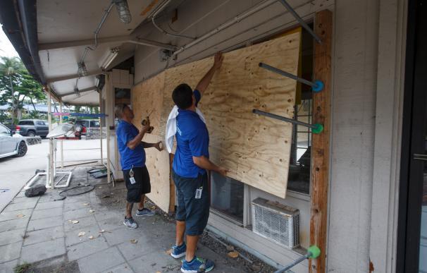 Los propietarios de una tienda se preparan ante la proximidad del huracán Lane, en Kailua-Kona, Hawai (