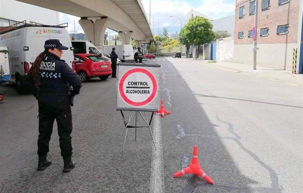 Policía Local durante un control de alcoholemia