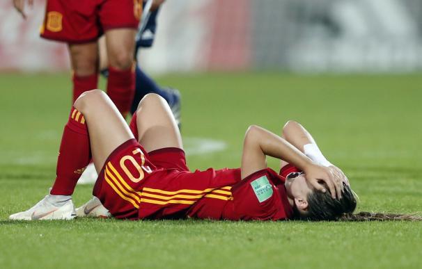 La jugadora Claudia Pinar se lamenta en el terreno de juego