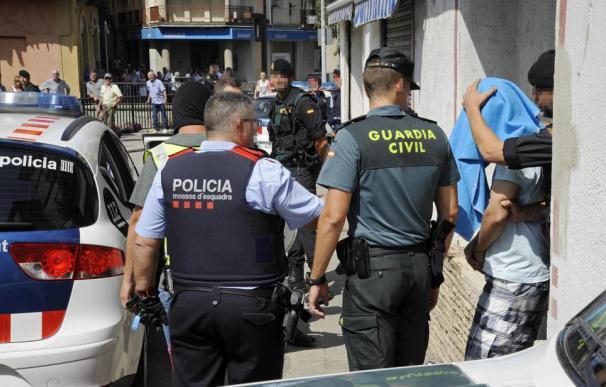 Agentes de Mossos d'Esquadra y Guardia Civil durante un opelratilvo