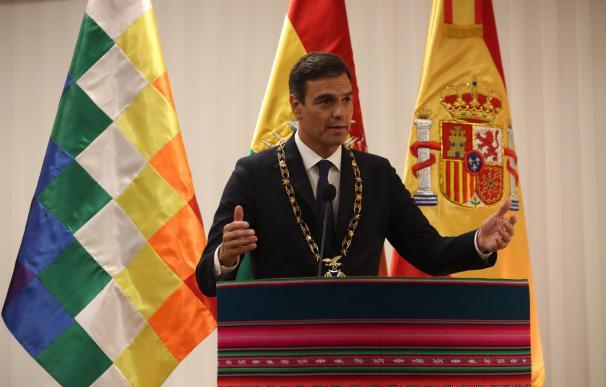 """Pedro Sánchez, condecorado con el pronuncia unas palabras tras ser condecorado con el """"Cóndor de los Andes"""" por el presidente de Bolivia, Evo Morales."""