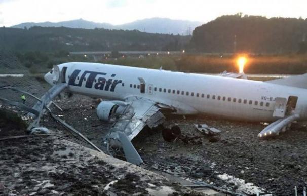 Tras el aterrizaje, el avión de la compañía rusa Utair se salió de la pista y cayó en el cauce de un río próximo (Foto: vesti-sochi.tv)