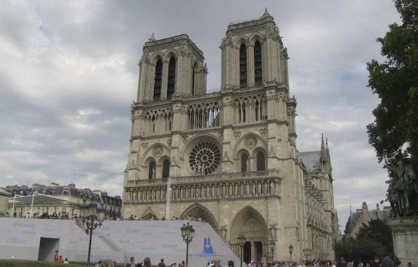 Las campanas de Notre Dame de París doblan por las víctimas de Santiago