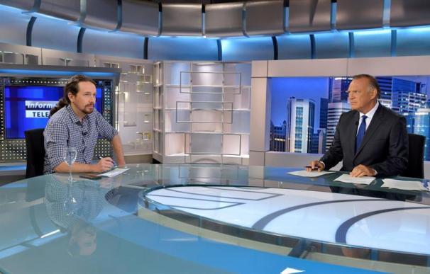 Fotografía entrevista Pablo Iglesias con Pedro Piqueras en Telecinco