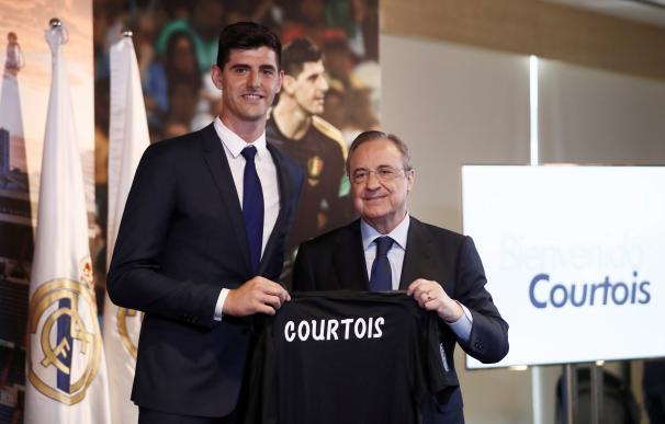 Courtois posa con su nueva camiseta.