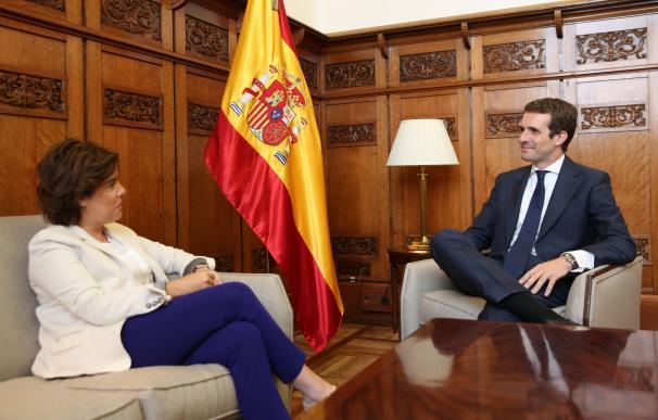 Pablo Casado se reúne con Soraya Sáenz de Santamaría en el Congreso