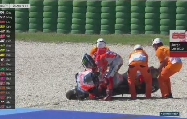 Lorenzo trata de levantar la moto tras irse al suelo a dos vueltas para el final (Imagen: ESPN)