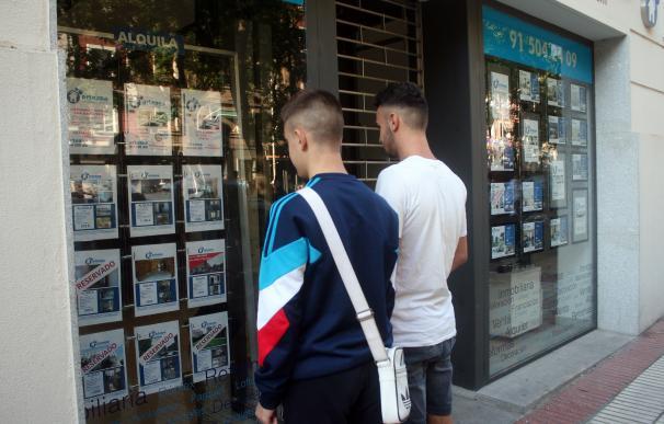 Dos jóvenes buscan piso para alquilar en Madrid.