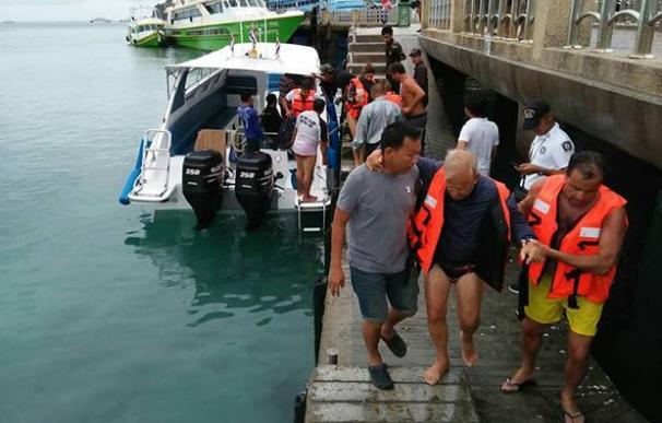 Los turistas españoles son ayudados a desembarcar tras su rescate del catamarán (Foto de la cuenta de Facebook del Parque Nacional Nopparat Tara-Mu Koh Phi Phi )