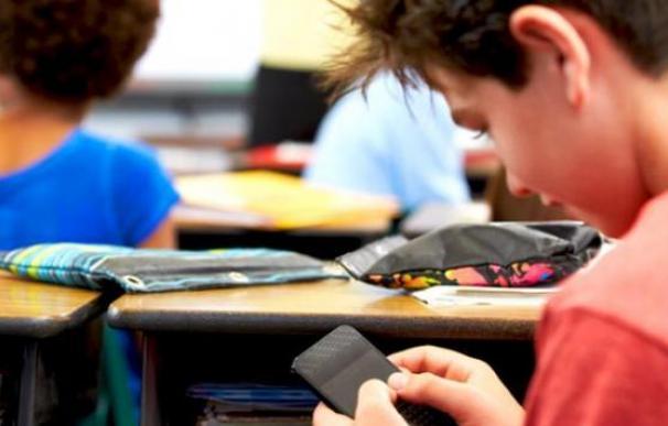 Imagen de archivo de un niño utilizando su teléfono móvil/ EFE