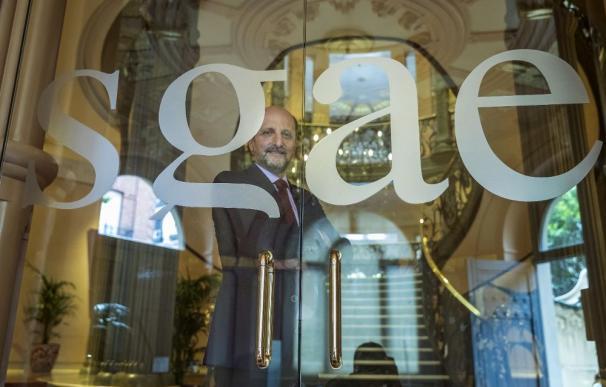 El presidente de la Sociedad General de Autores y Editores, José Miguel Fernández Sastrón, posa ante la puerta de la sede de la organización en Madrid./Emilio Naranjo (EFE)