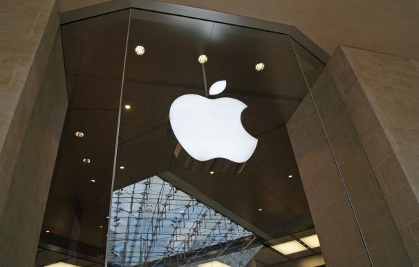 Logo de Apple en su tienda en París.