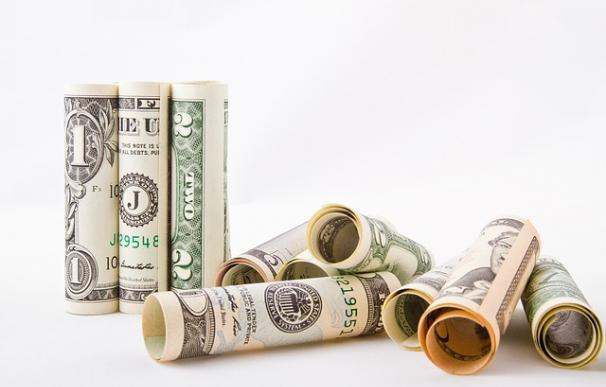 Fotografía de billetes de dólares americanos.