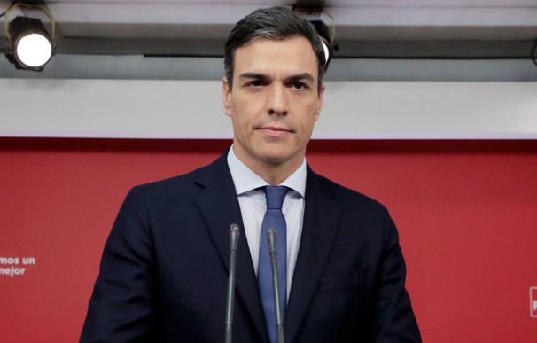Fotografía Pedro Sánchez fondo rojo