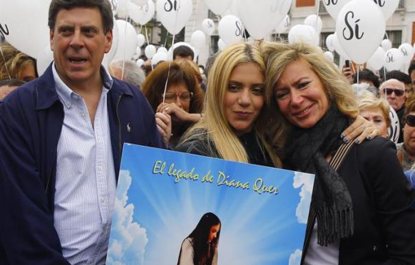 Juan Carlos Quer (i) y Diana López Pinel (d), padres de Diana Quer, junto a su hija Valeria (c)